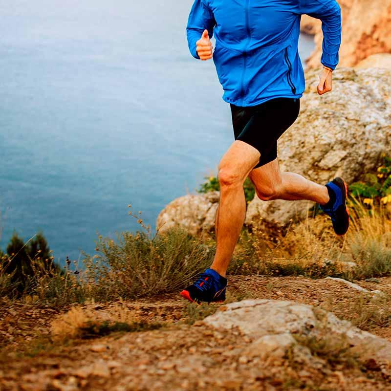 RUNNER_LUNA_male-runner-running-on-mountain-UGH94ED