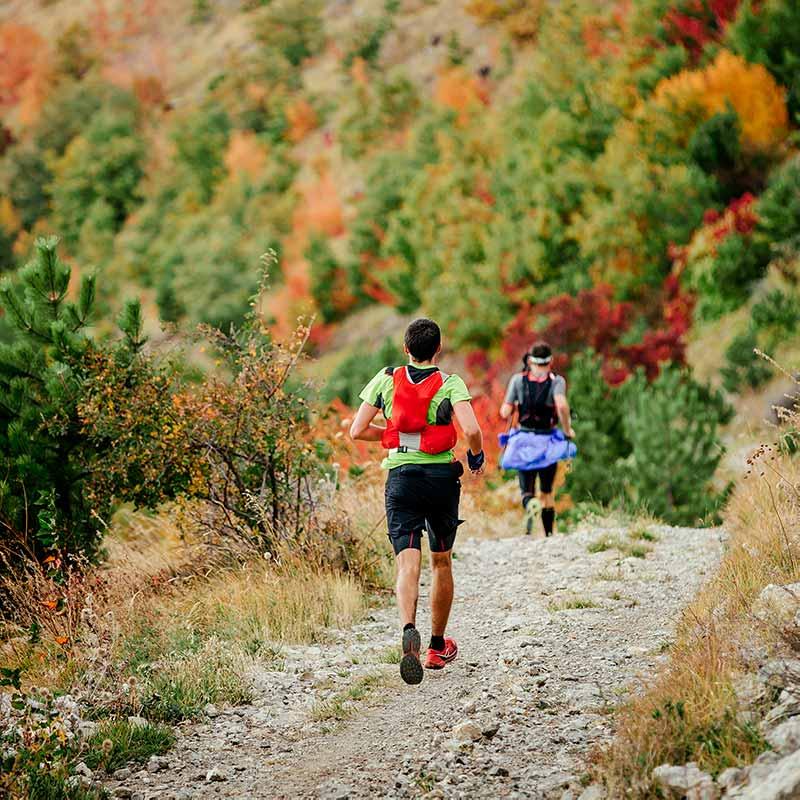 RUNNER_LUNA_two-runners-running-mountain-marathon-PVNUUXB