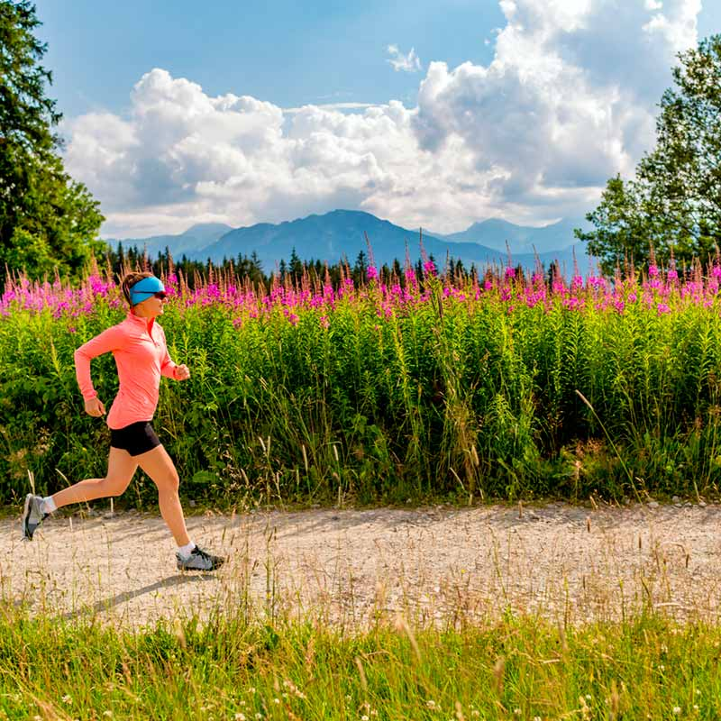 RUNNER_LUNA_woman-trail-running-on-country-road-in-mountains-s-P4E6UL2